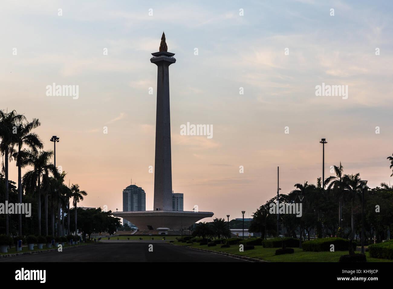 Sonnenuntergang über dem National Monument, monas, in Merdeka Square im Herzen von Jakarta, Indonesien Hauptstadt. Stockfoto