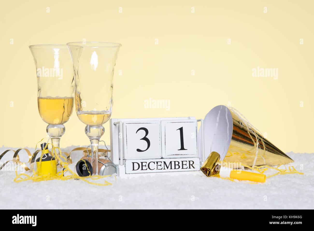 Neues Jahr Party noch Leben mit zwei leeren Gläser Champagner und ein Datum Block mit 31. Dezember mit Streamer. Stockfoto