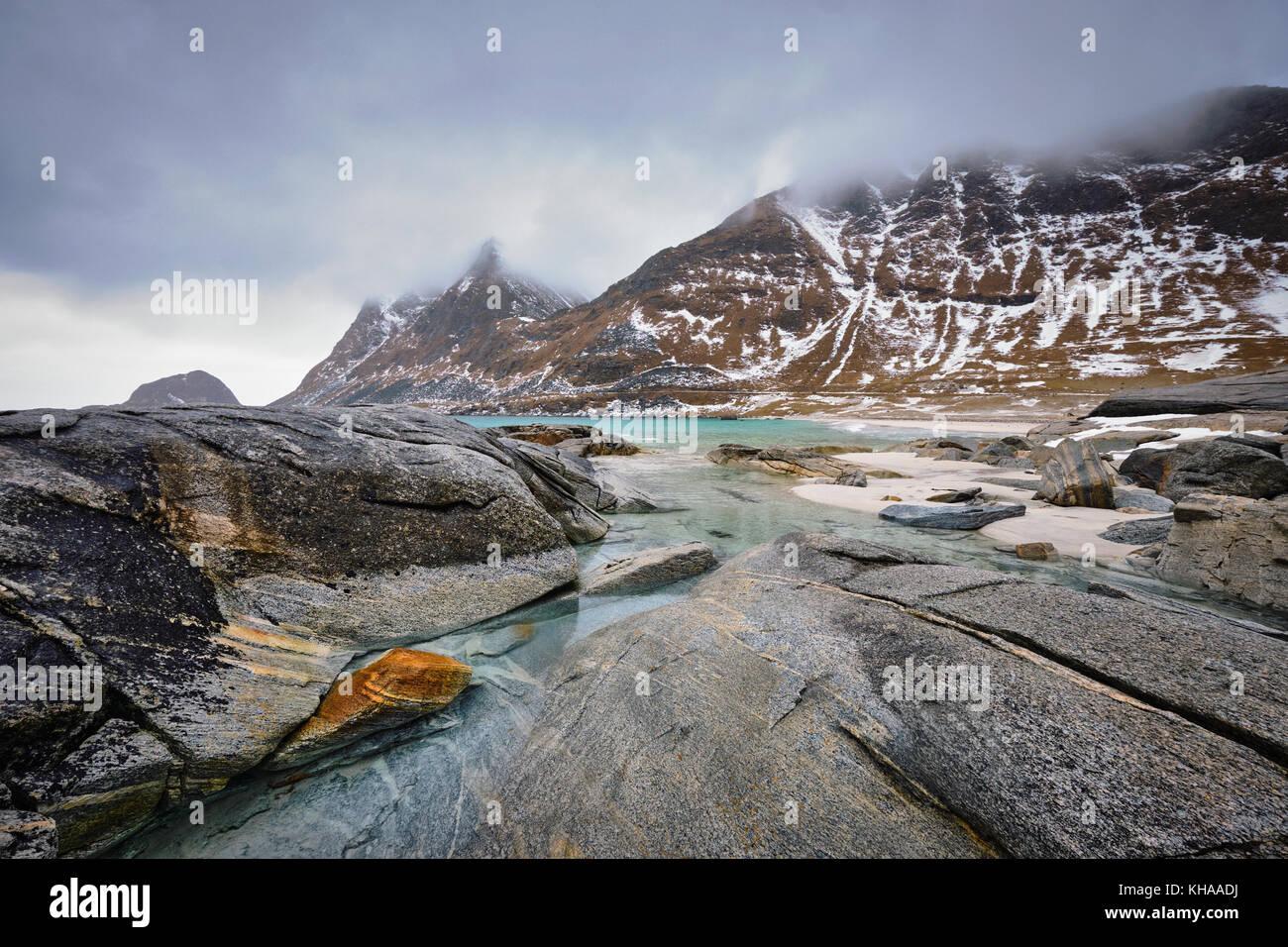 Felsige Küste von Fjord in Norwegen Stockfoto