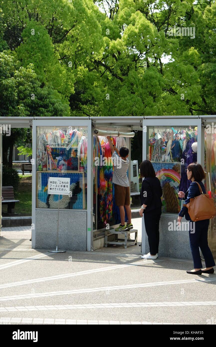 Hängt ein String von Kranen in der Peace Monument in Hiroshima, Japan. Stockbild