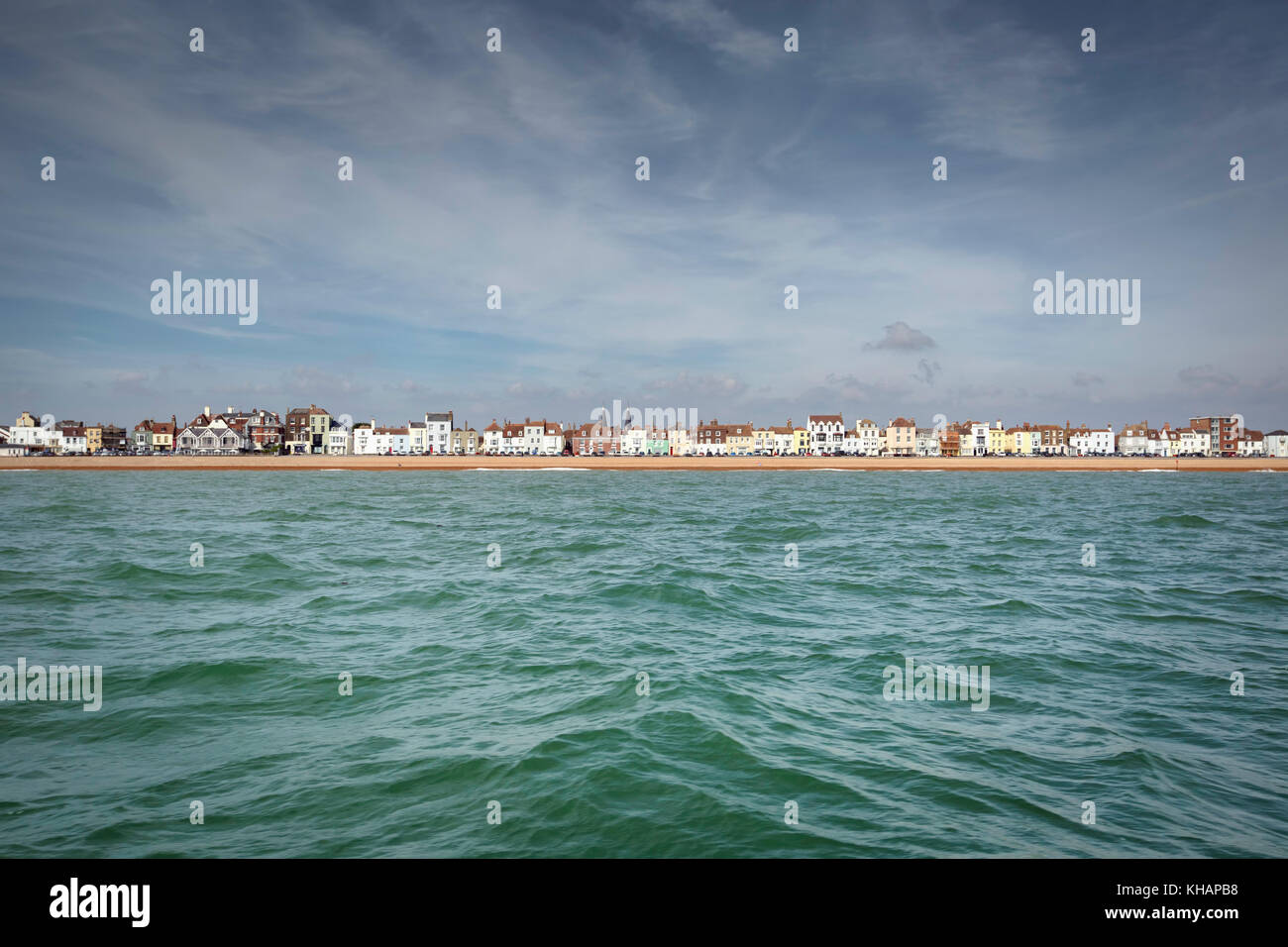 Viel Strand, Deal, Kent, Großbritannien von einem Boot auf dem Englischen Kanal. Das Meer war grün und Stockbild