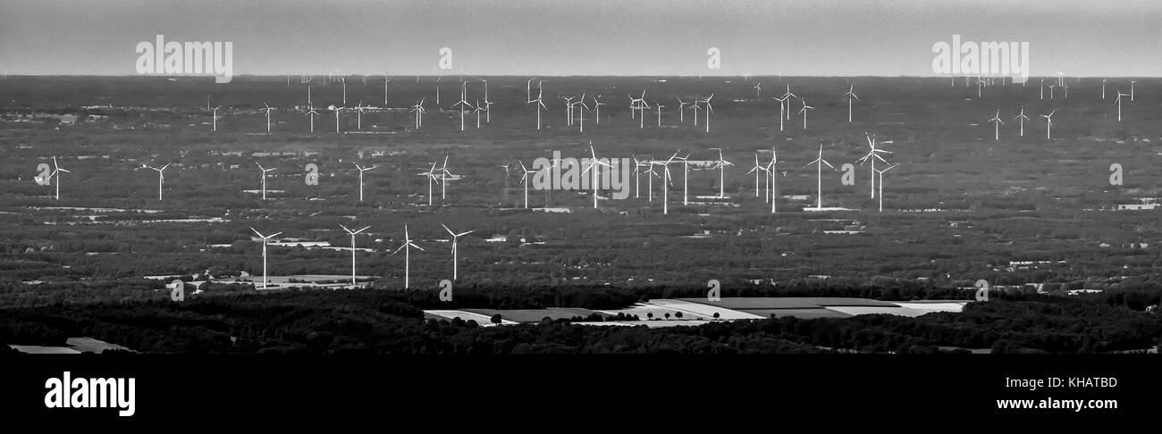 Riesige Windparks in der Nähe von Lotte Osnabrück, alternative Energie, erneuerbare Energie, Windkraftanlagen, Stockbild