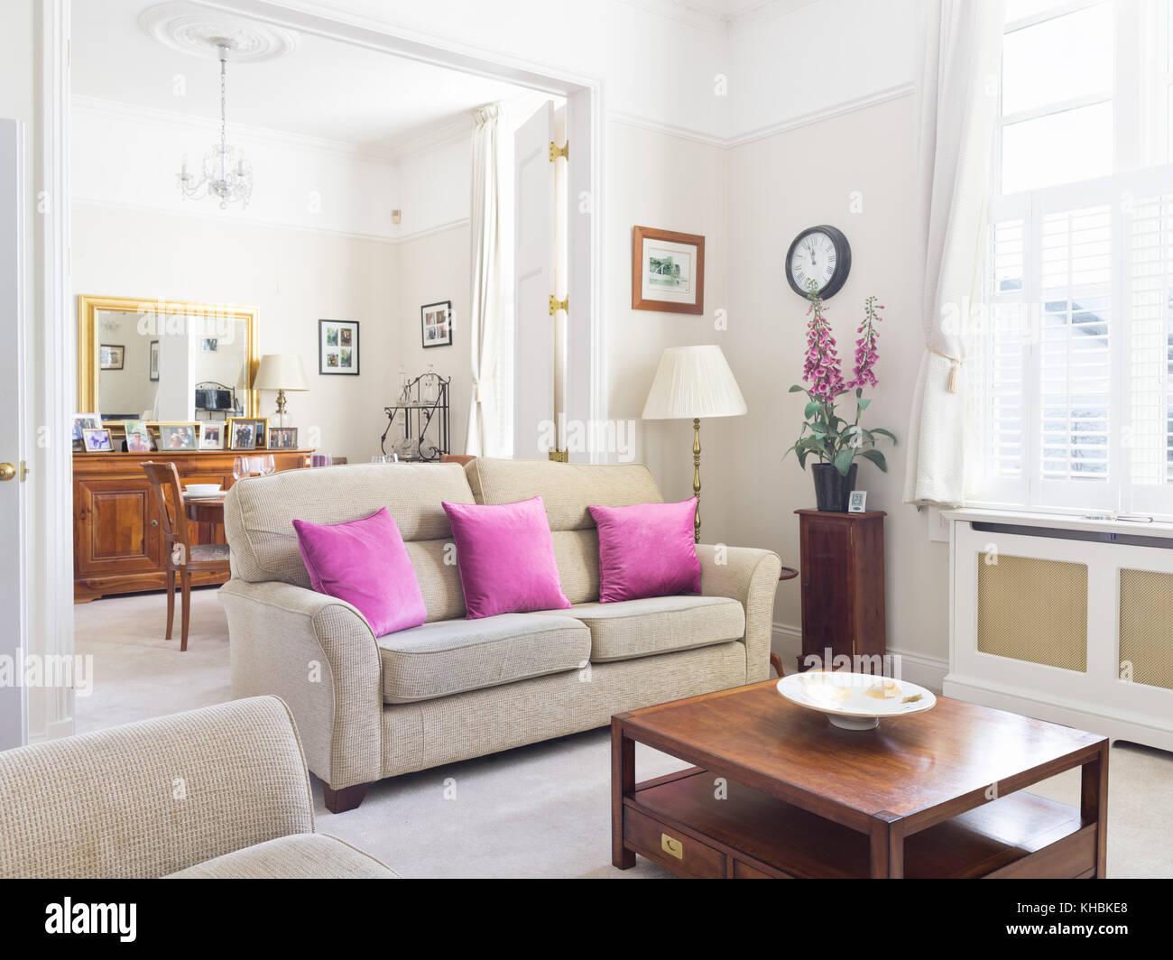 Eine Frische, Leichte, Traditionelle Und Zugleich Moderne Wohnzimmer Mit  Blick In Den Essbereich. Mit Sofa, Couchtisch Und Standard Lampe  Ausgestattet.