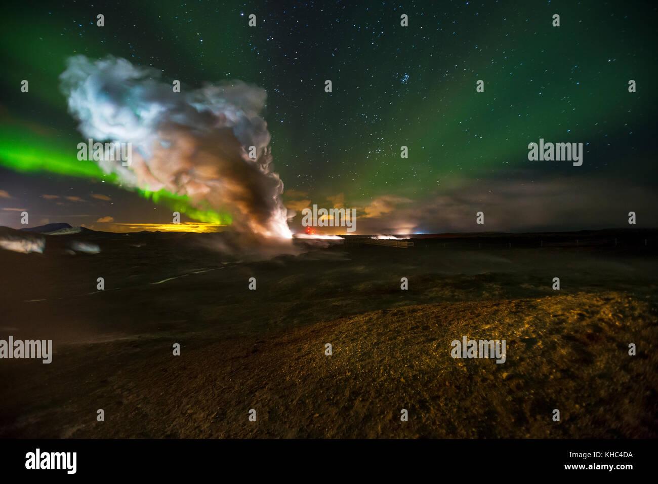 Nordlichter über Gunnuhver, einem geothermischen Geysir in Halbinsel Reykjanes. Stockbild