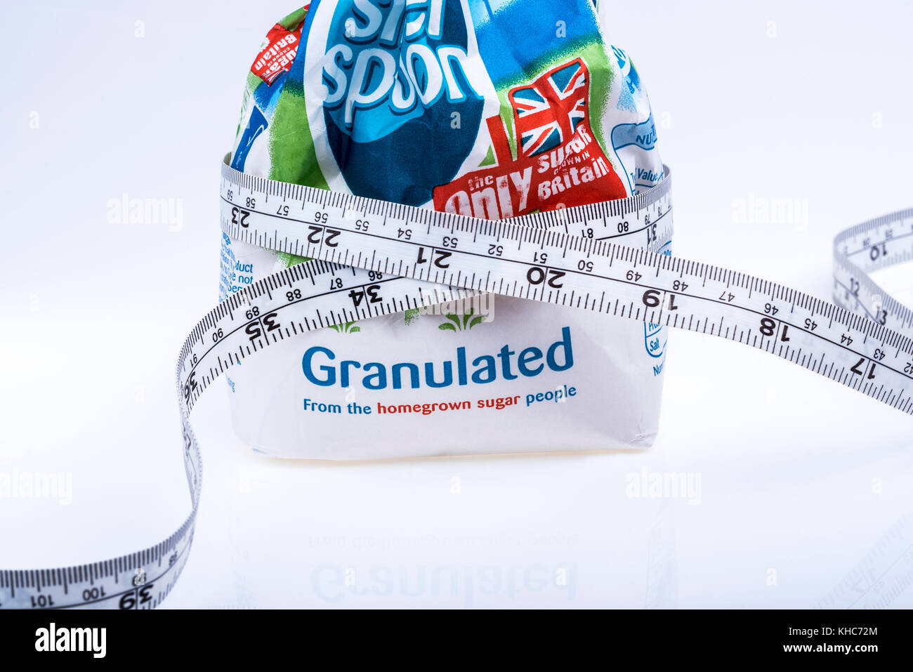 Tasche von Zucker mit Maßband, Übergewicht, ungesunde Ernährung, Fitness. Stockbild