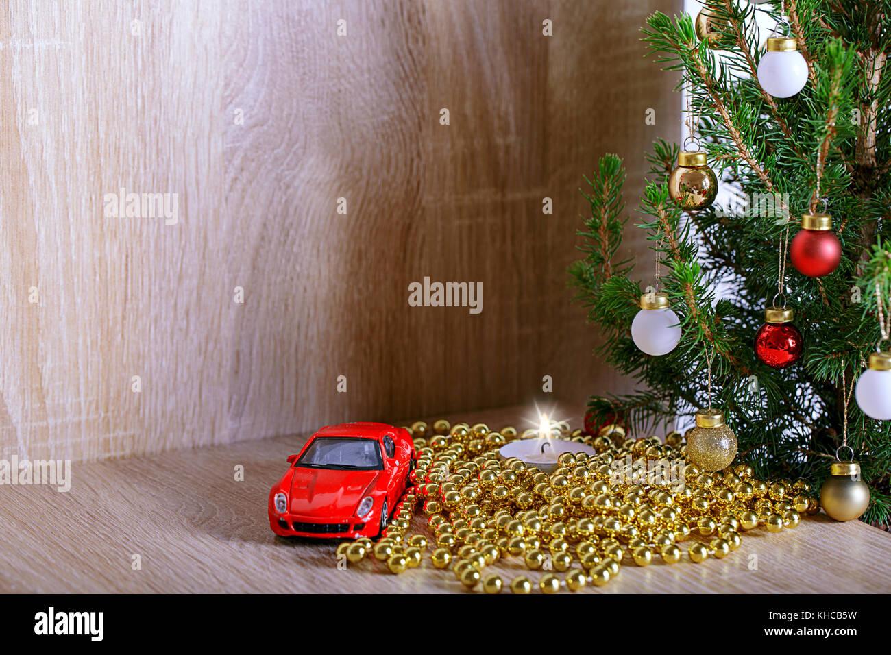 Auto Weihnachtsbaum.Weihnachtsbaum Mit Dekorationen Kerze Und Auto Als Geschenk