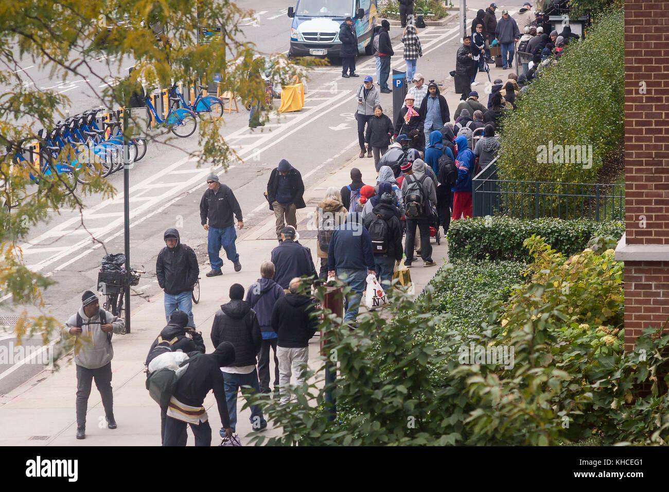 Die obdachlosen und working poor Line up an der heiligen Apostel ...