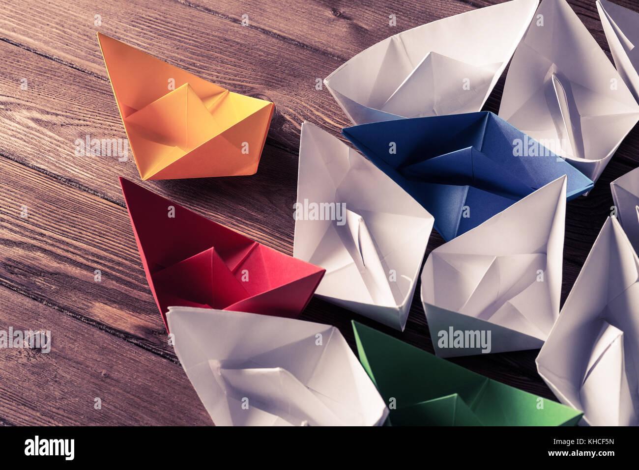 Business Leadership Konzept mit weißer Farbe und Papier Boote auf Stockbild