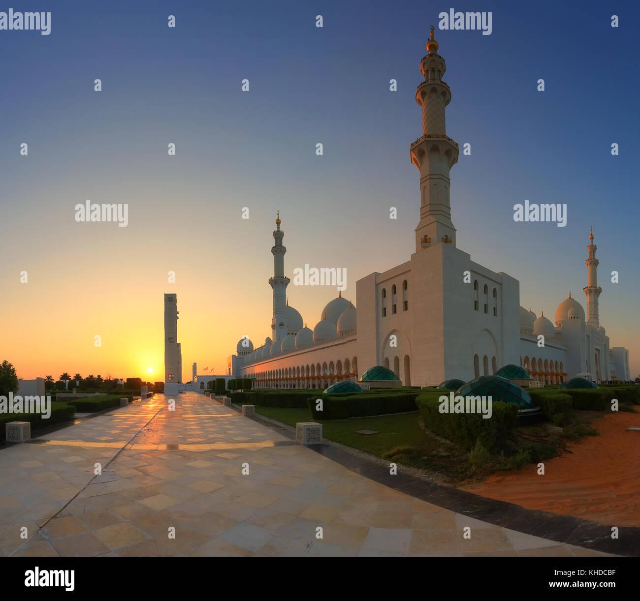 Sheikh Zayed Moschee in Abu Dhabi auf den Sonnenuntergang. Abendsonne weiße Wände auf Abu Dhabi Moschee Stockbild