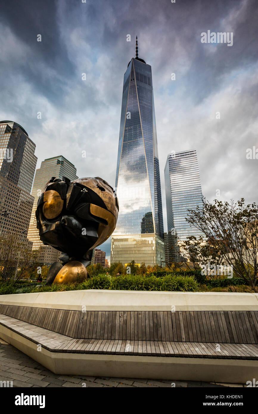 Die Kugel in Liberty Park und Freedom Tower auf der Rückseite in New York City Stockbild