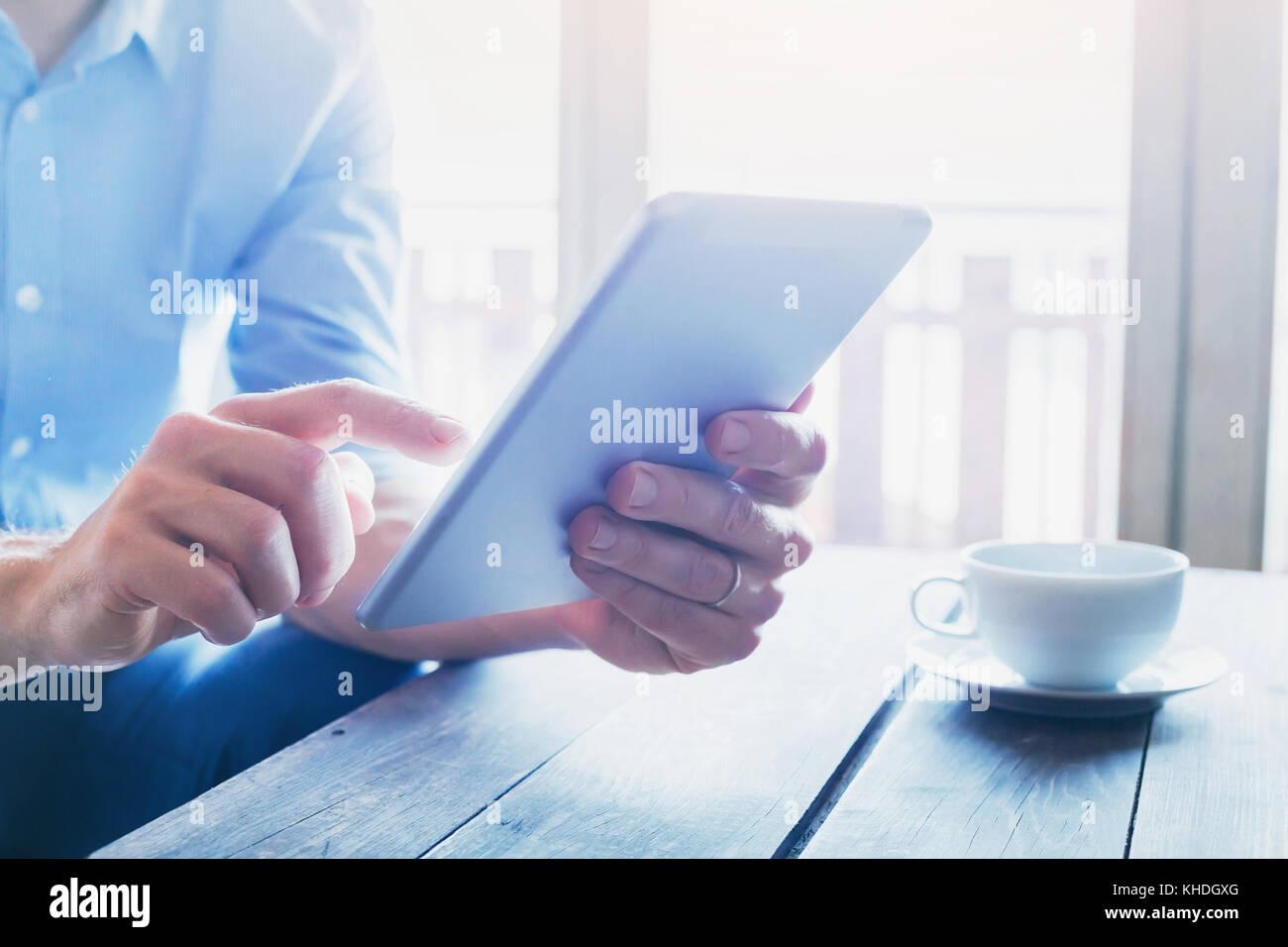 Menschen mit Technologien, in der Nähe der männlichen Händen mit digitalen Tablet PC-Gerät Stockbild