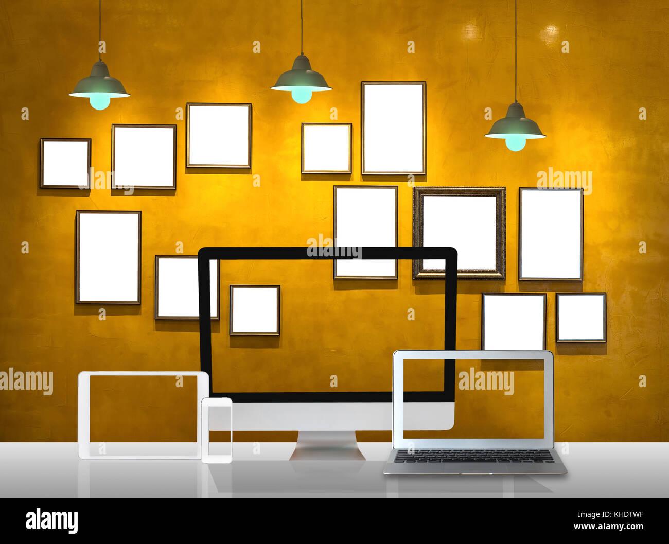 Arbeitsbereich von Computer einrichten und vintage Bilderrahmen Wand ...