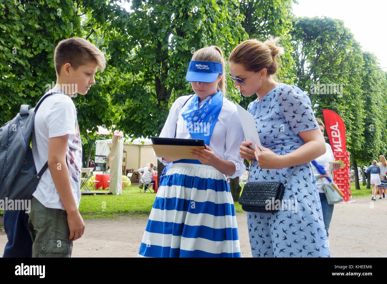 Moskau - Juni 4: Agenten der Versicherung interview Besucher Stockbild