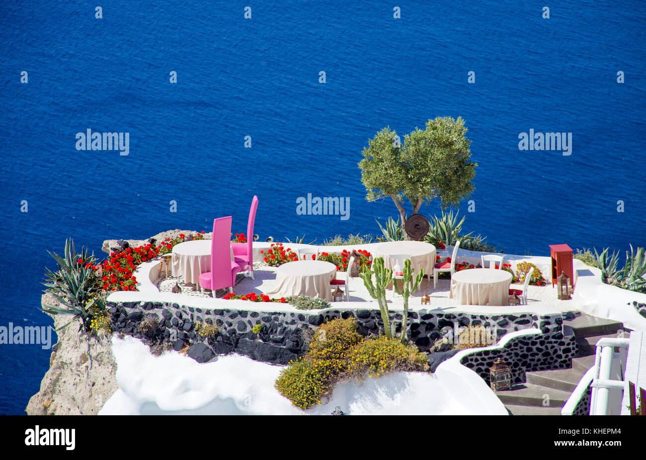 Romantisches Abendessen auf der Terrasse oben auf der Klippe, Kraterrand in Oia, Santorin Insel, Kykladen, Ägäis, Stockbild