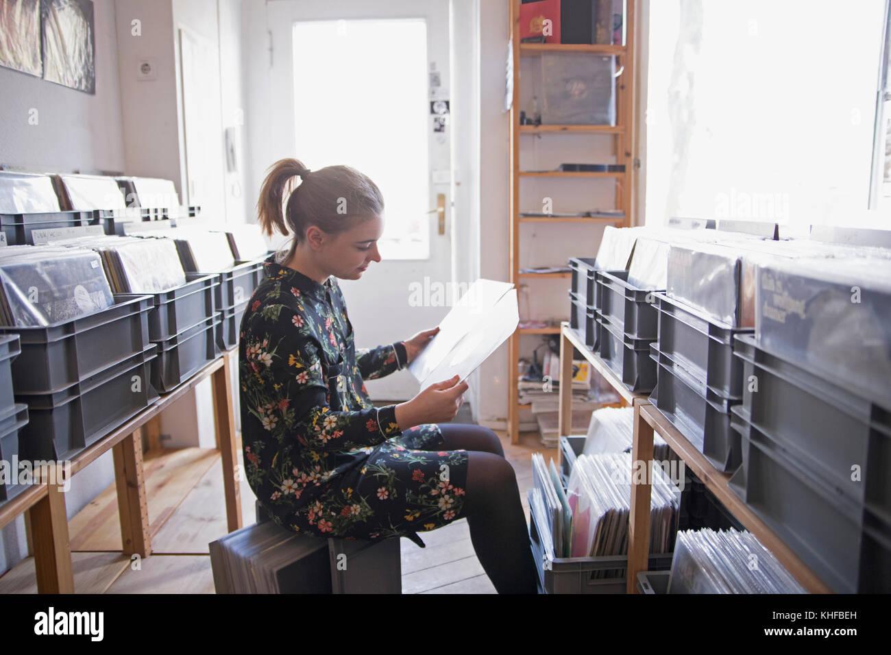 Junge Frau Einkaufen für Datensätze Stockbild