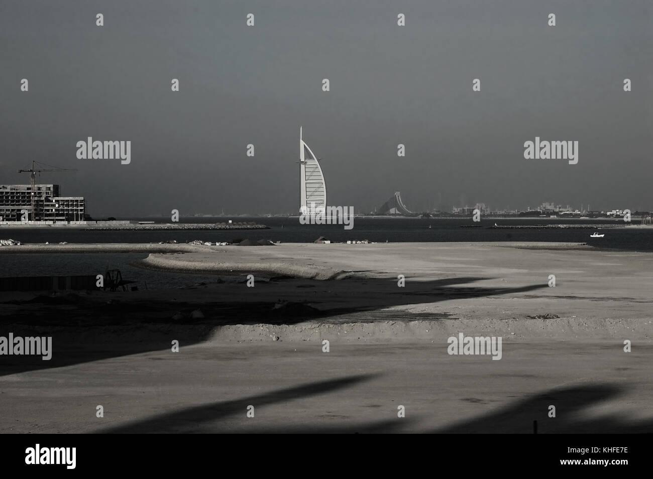 Fernsicht auf das Burj Al Arab Hotel, aus dem Arabischen Golf Stockbild