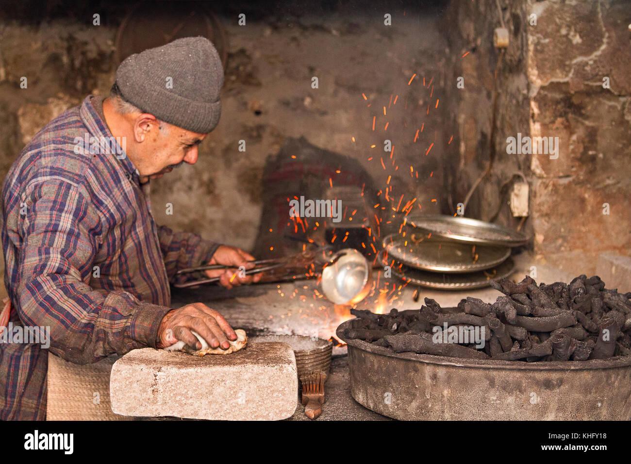 Ältere Menschen in seinem Workshop zum Thema Kupfer Schale mit Zinn in mardin, Türkei. Stockbild