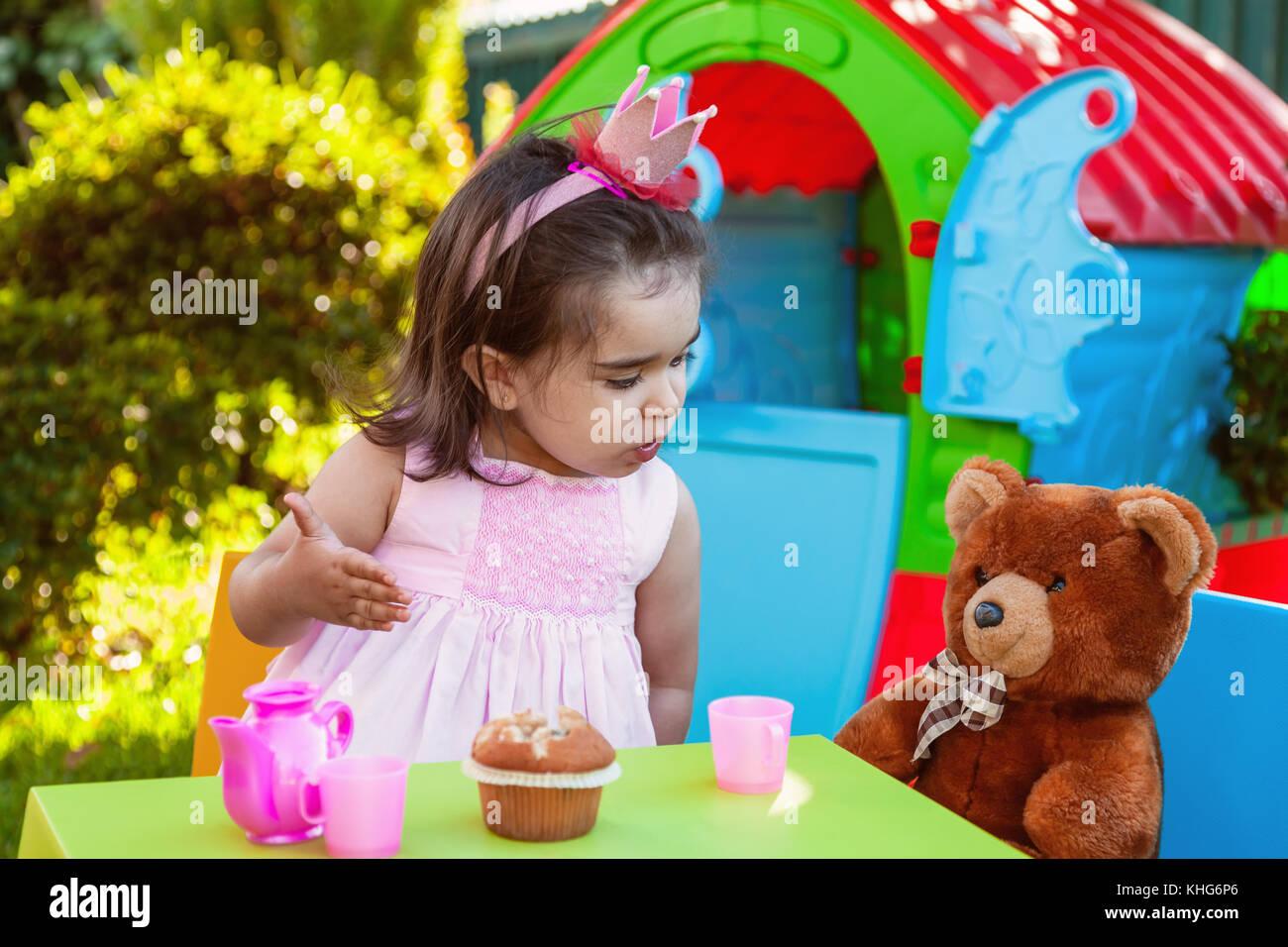 Baby Kleinkind Mädchen spielen Im freien Kaffee Partei sprechen ...
