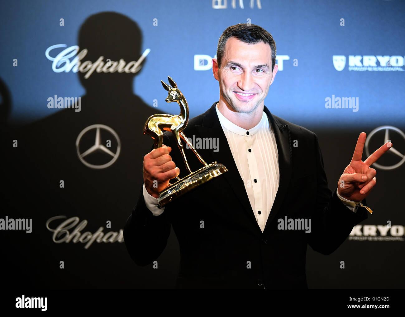 Boxer Wladimir Klitschko seine Bambi, die er in der Kategorie 'Sport' gewonnen, in Berlin, Deutschland, Stockbild