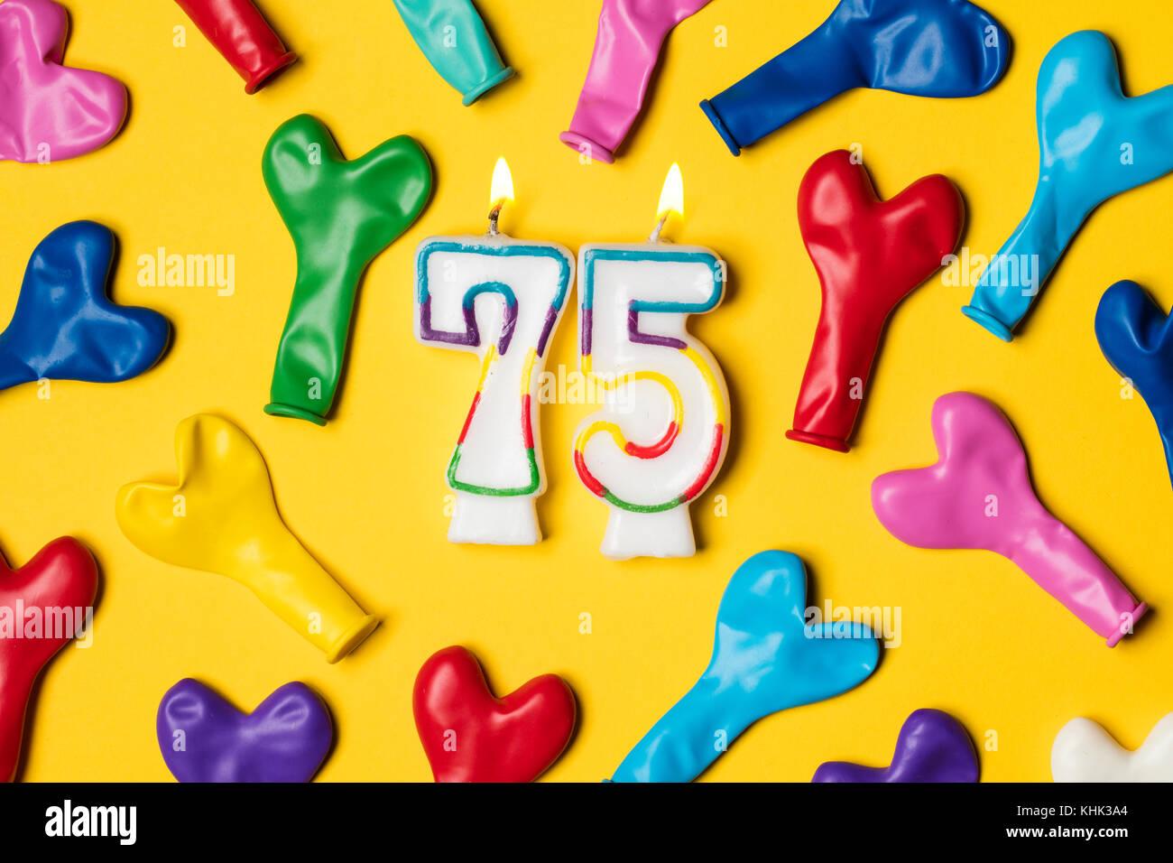 Nummer 75 Kerze Mit Party Ballons Auf Einem Gelben Hintergrund Stockbild