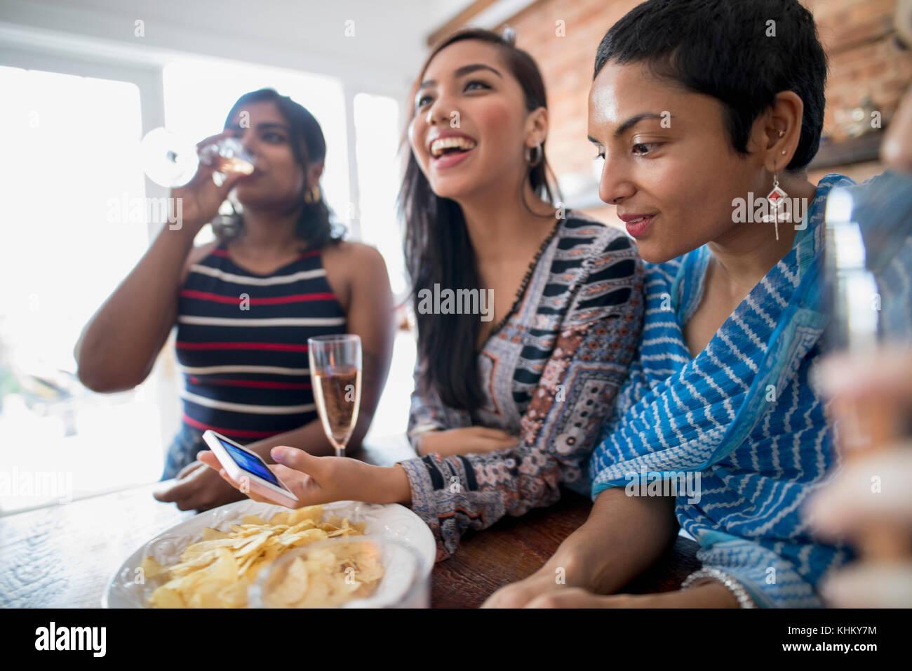 Junge Frauen auf einer party Stockbild