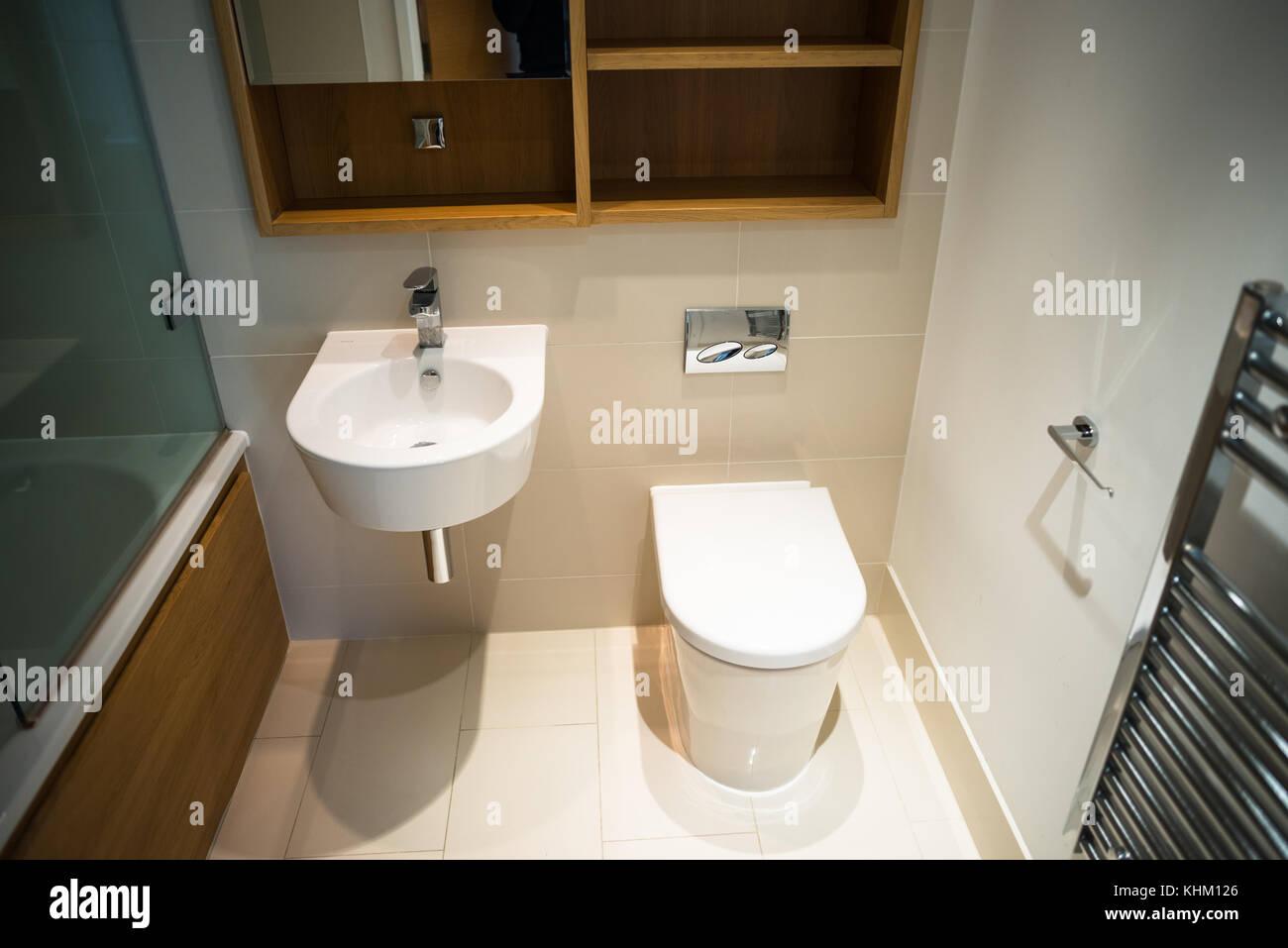 badezimmer bauen, modernes badezimmer mit toilette, waschbecken und badewanne in neue, Badezimmer