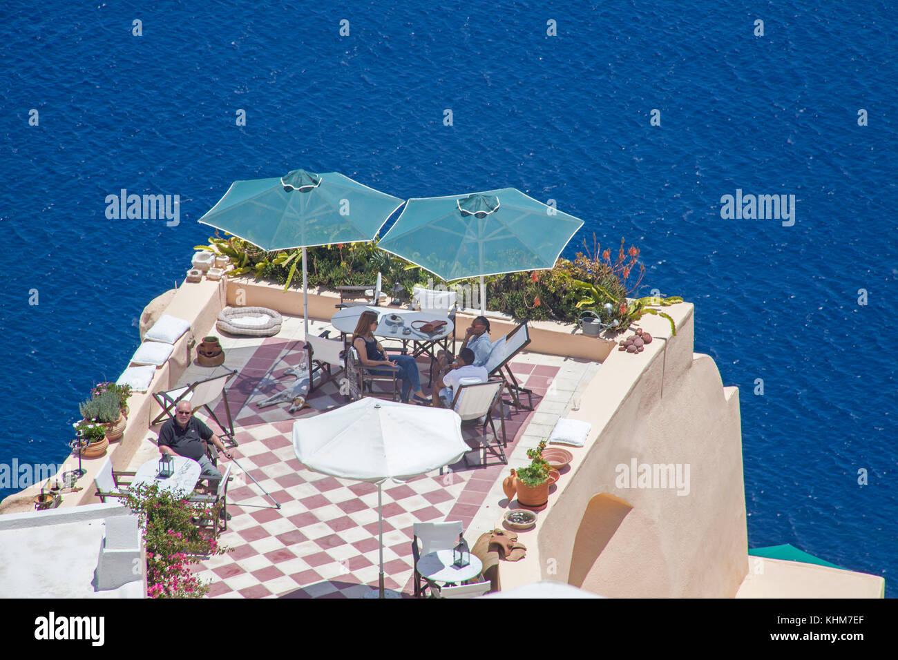Romantische Terrasse auf der Klippe, Luxus Hotel am Kraterrand des Dorfes Oia, Santorin Insel, Kykladen, Ägäis, Stockbild