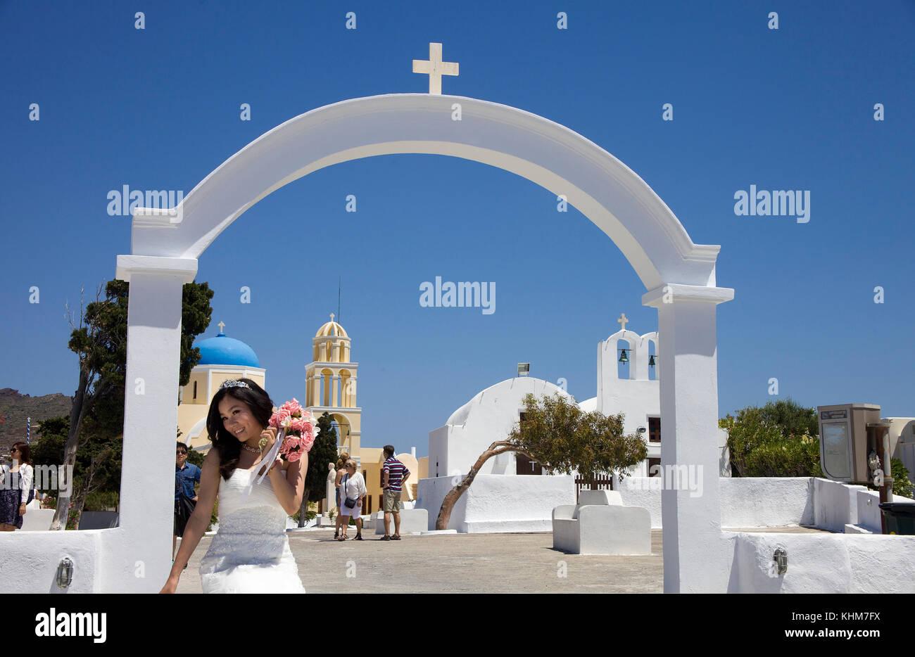 Hochzeitssuite mit Brautstrauß in der orthodoxen Kirche, Oia, Santorin Insel, Kykladen, Ägäis, Griechenland Stockbild