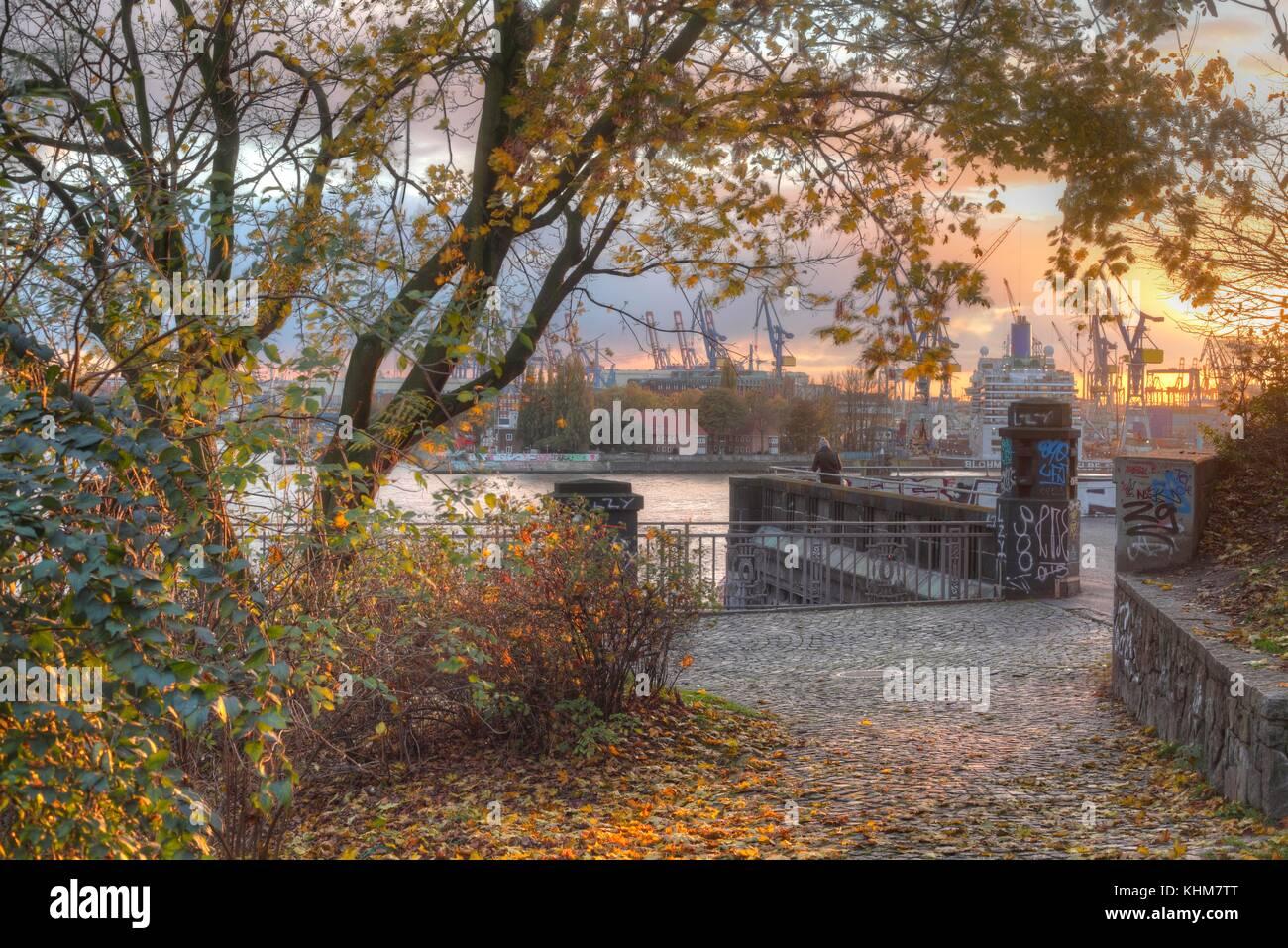 Sankt-pauli- Landungsbrücken und den Hafen im Herbst am Abend, Hamburg, Deutschland, Europa ich Herbststimmung Stockbild