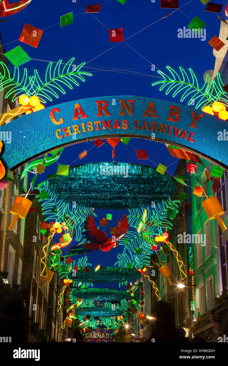 London, UK, November 17th, 2017: Weihnachtslichter auf Carnaby Street; saisonale Lichter werden über belebten Stockbild