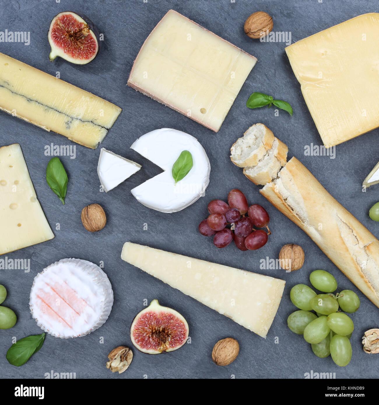 Käseplatte Servierplatte platte Schweizer Brot Camembert square Schiefer Draufsicht von oben Stockbild