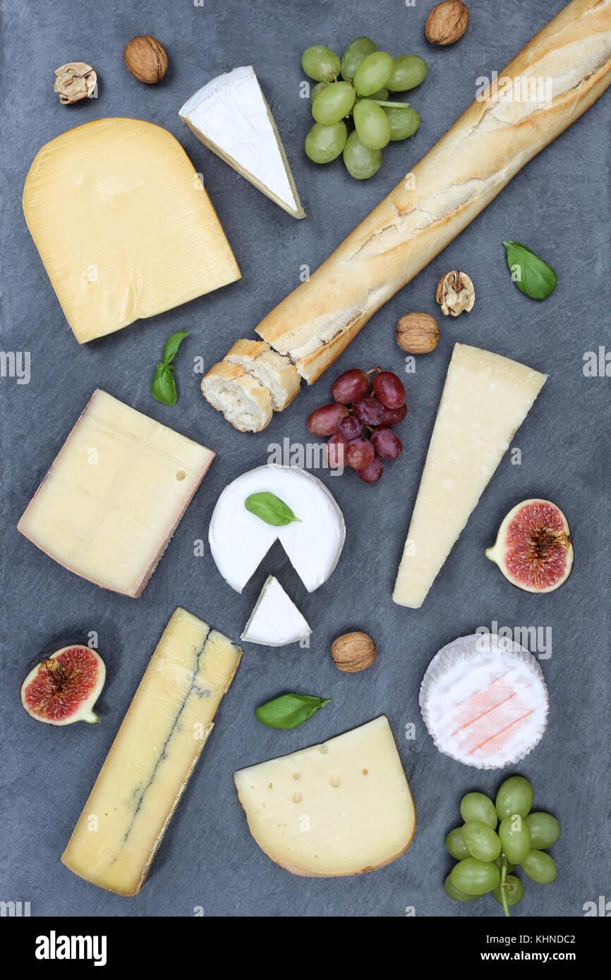 Käseplatte Servierplatte platte Schweizer Brot camembert Hochformat schiefer Draufsicht von oben Stockbild