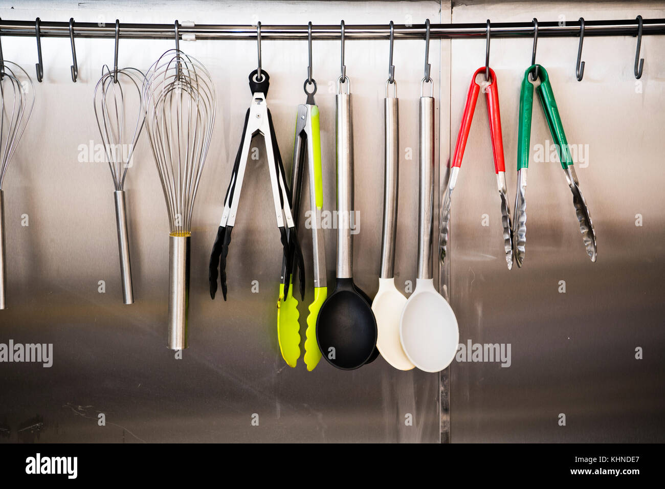 Ein Rack mit neue Küche Arbeitsgeräte in der Küche des cletwr Cafe