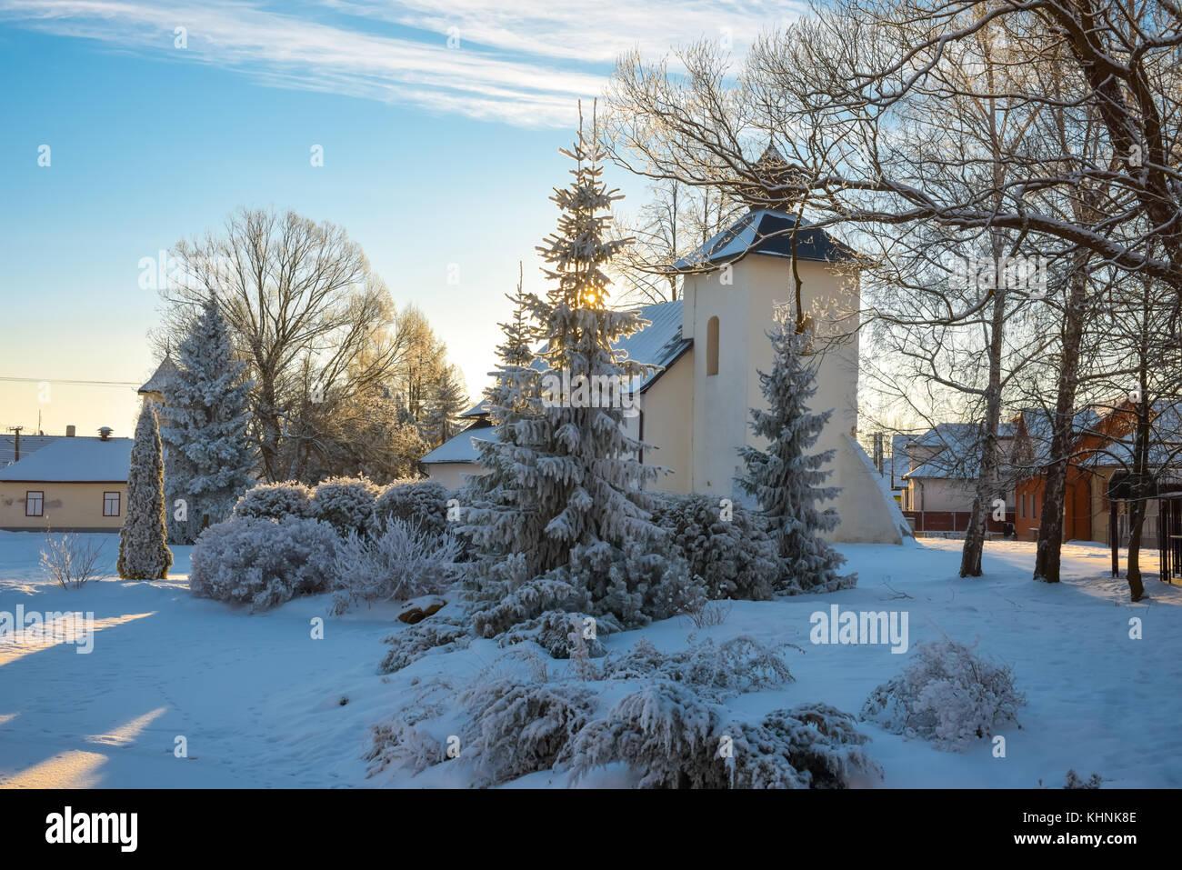 Schöne Winterlandschaft in europäischen Dorf. Frohes Neues Jahr ...