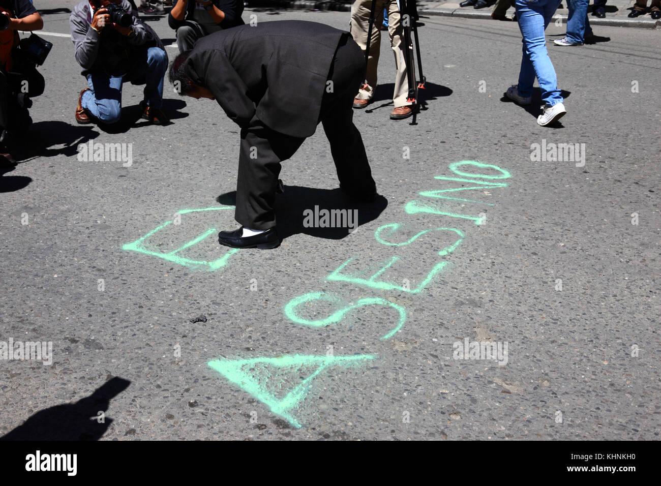 Eine demonstrantin Farben Evo Asesino auf der Straße am Tag nach der Polizei drangen die Lager der VIII März Stockbild
