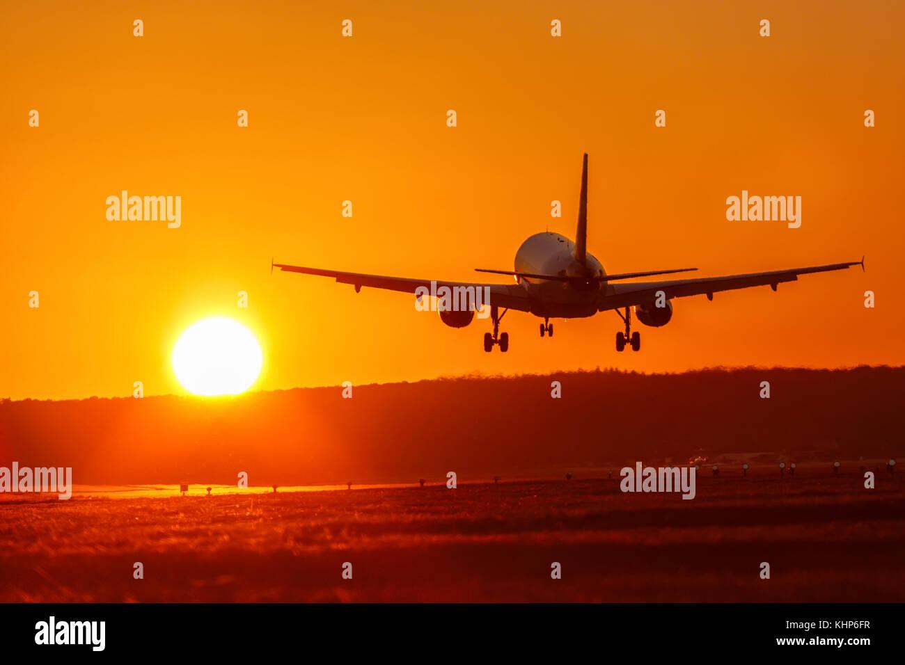 Flugzeug Flughafen Luftfahrt Sonne Sonnenuntergang Urlaub Ferien Reisen Reisen Flugzeug Flugzeug reisen Stockbild