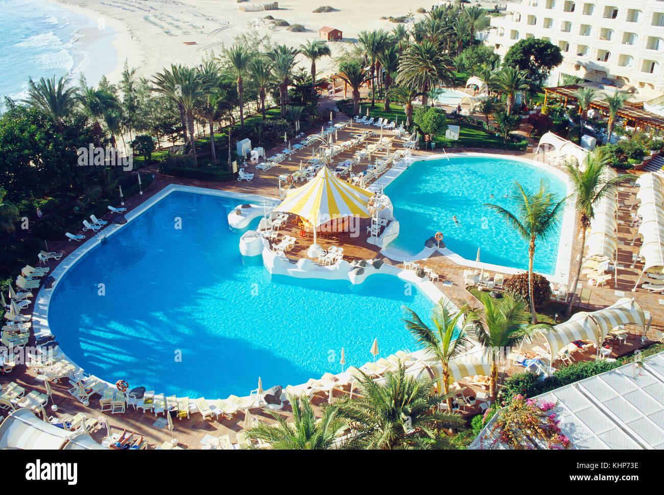Pool im Resort, Blick von oben. Strand von Corralejo auf Fuerteventura, Kanarische Inseln, Spanien. Stockbild