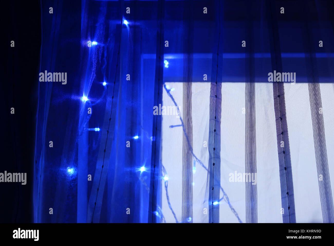Blaues Licht Lampen Beleuchtung auf einer durchsichtigen Vorhang für die Dekoration im neuen Jahr. Stockbild