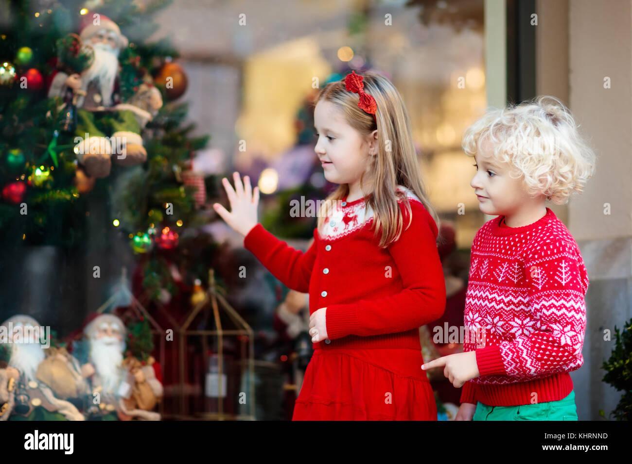 Kinder Einkaufen für Weihnachtsgeschenke. Kinder kaufen Weihnachten ...