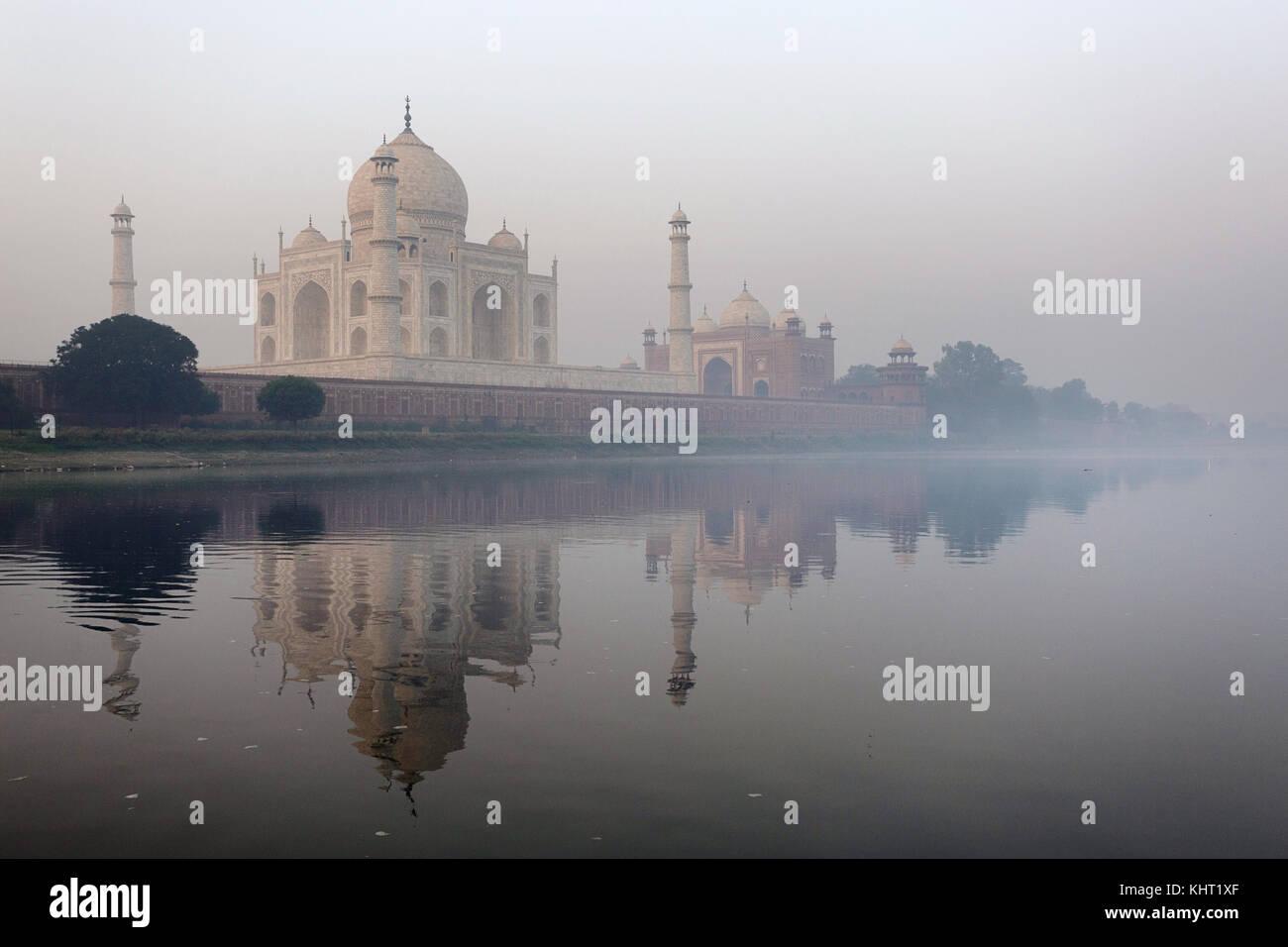 Morgen Reflexion der Taj Mahal in Yamuna-fluss, Weltkulturerbe der UNESCO, Agra, Uttar Pradesh, Indien, Asien. Stockbild