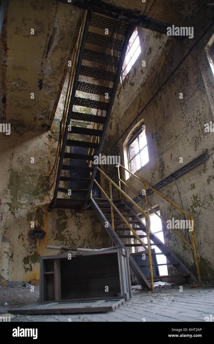 treppen mit gelben gel nder in einem zerst rten industriellen interieur verlassene alte fabrik. Black Bedroom Furniture Sets. Home Design Ideas
