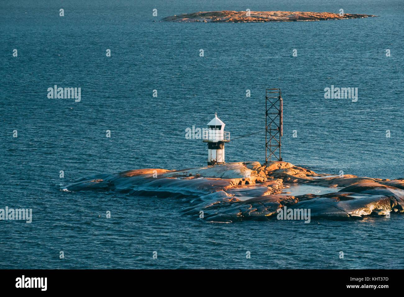 Helsinki, Finnland. Leuchtturm auf Stein Insel im Archipel in der Nähe von Helsinki. Stockbild