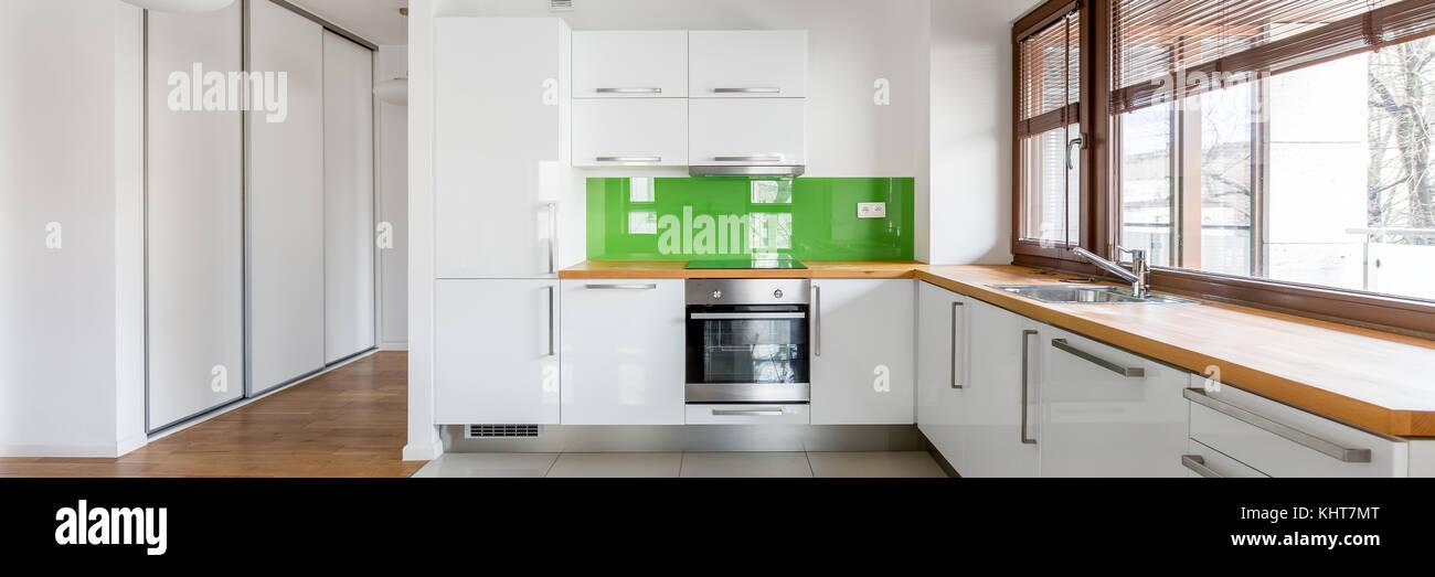 Weiss Offene Kuche Mit Fenster Grune Backsplash Und Holz