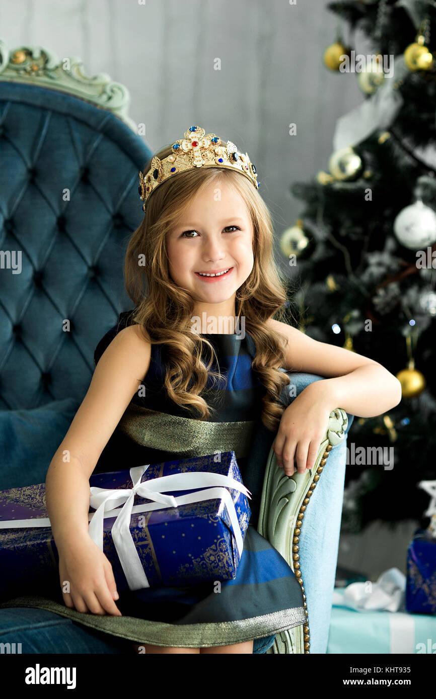 Happy girl Holding eine große Kiste mit einem Geschenk. Weihnachten ...