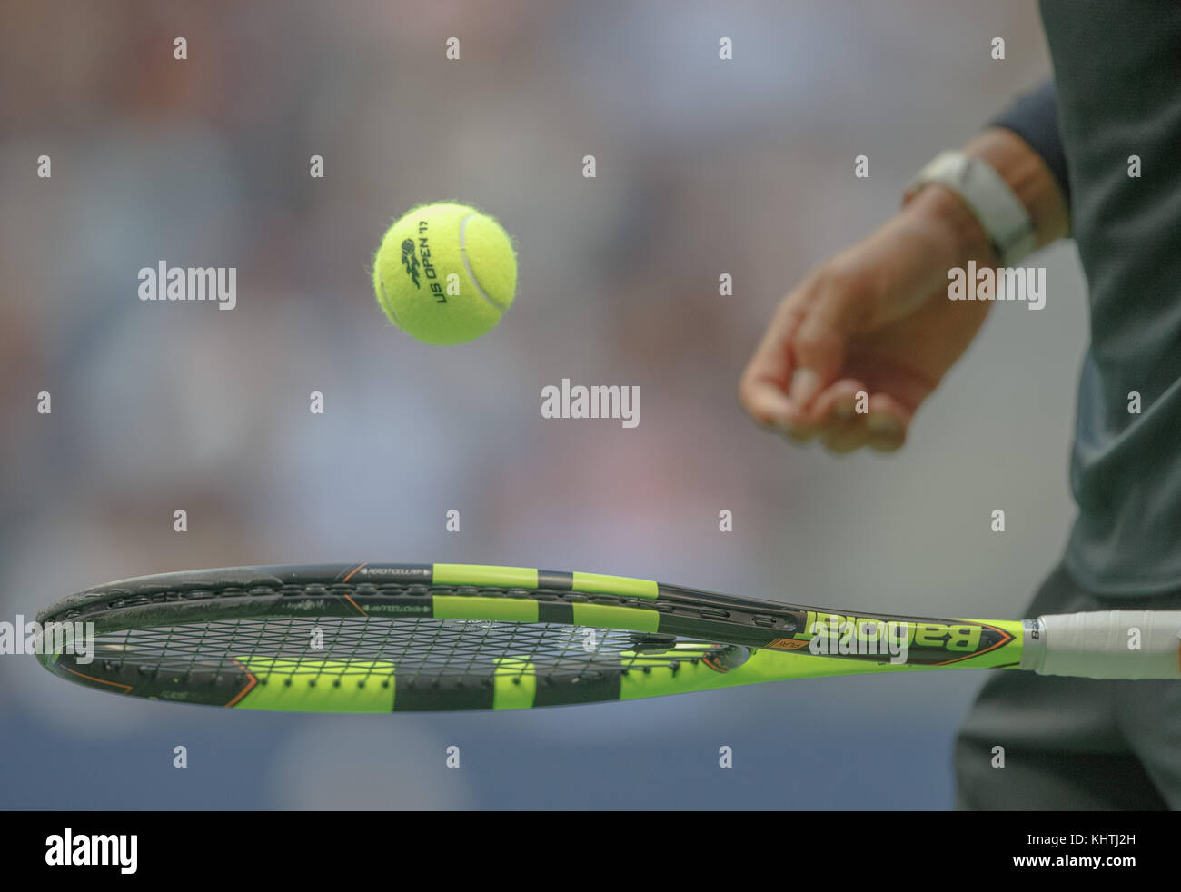 Spanischer Tennisspieler Rafael Nadal Bouncing Ball auf Tennisschläger in US Open Tennis Championship 2017, Stockbild