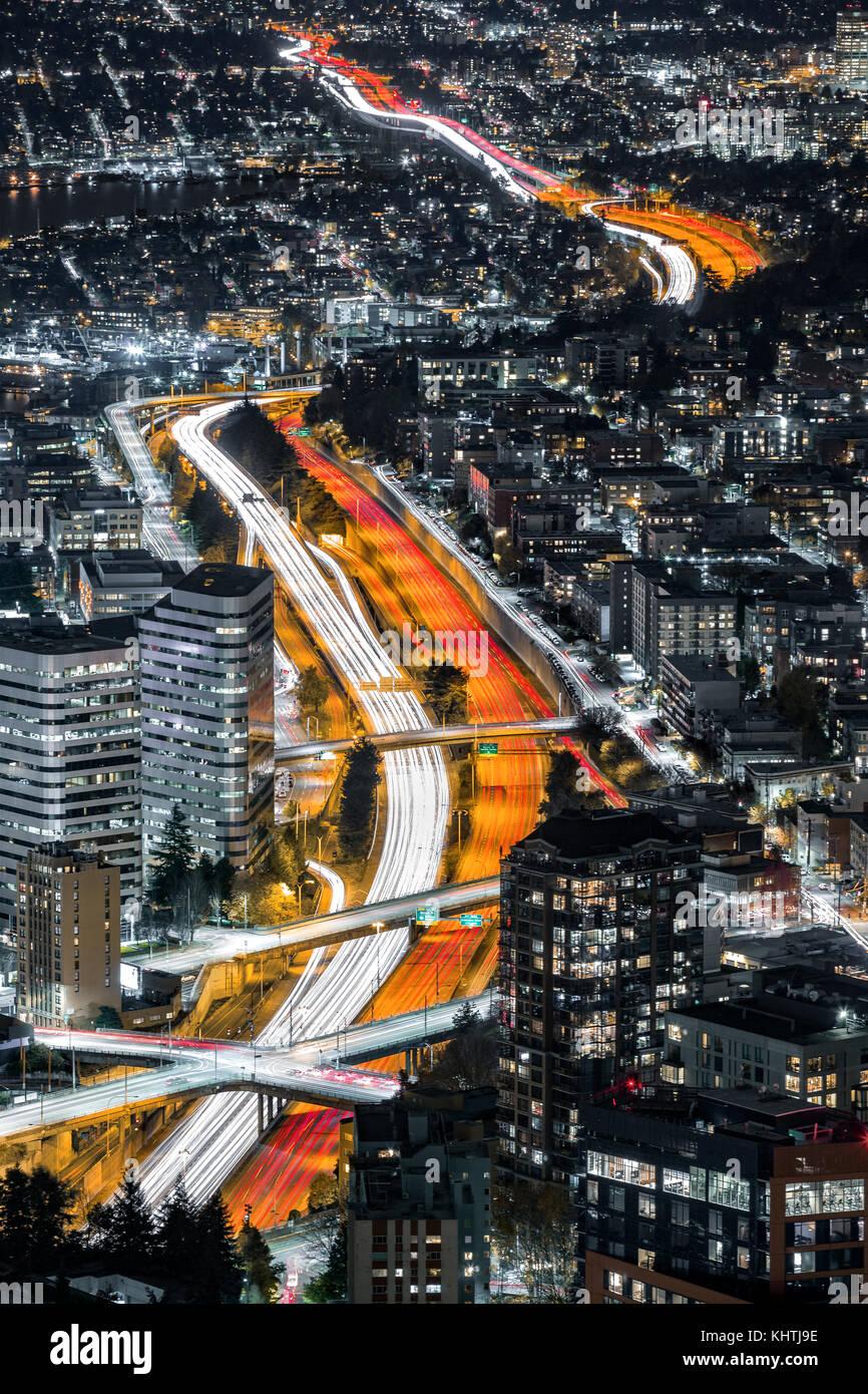 Luftaufnahme von i-5 Autobahn Kreuzung Seattle Downtown. Der berufsverkehr Blätter leichte Wanderwege Wicklung Stockbild