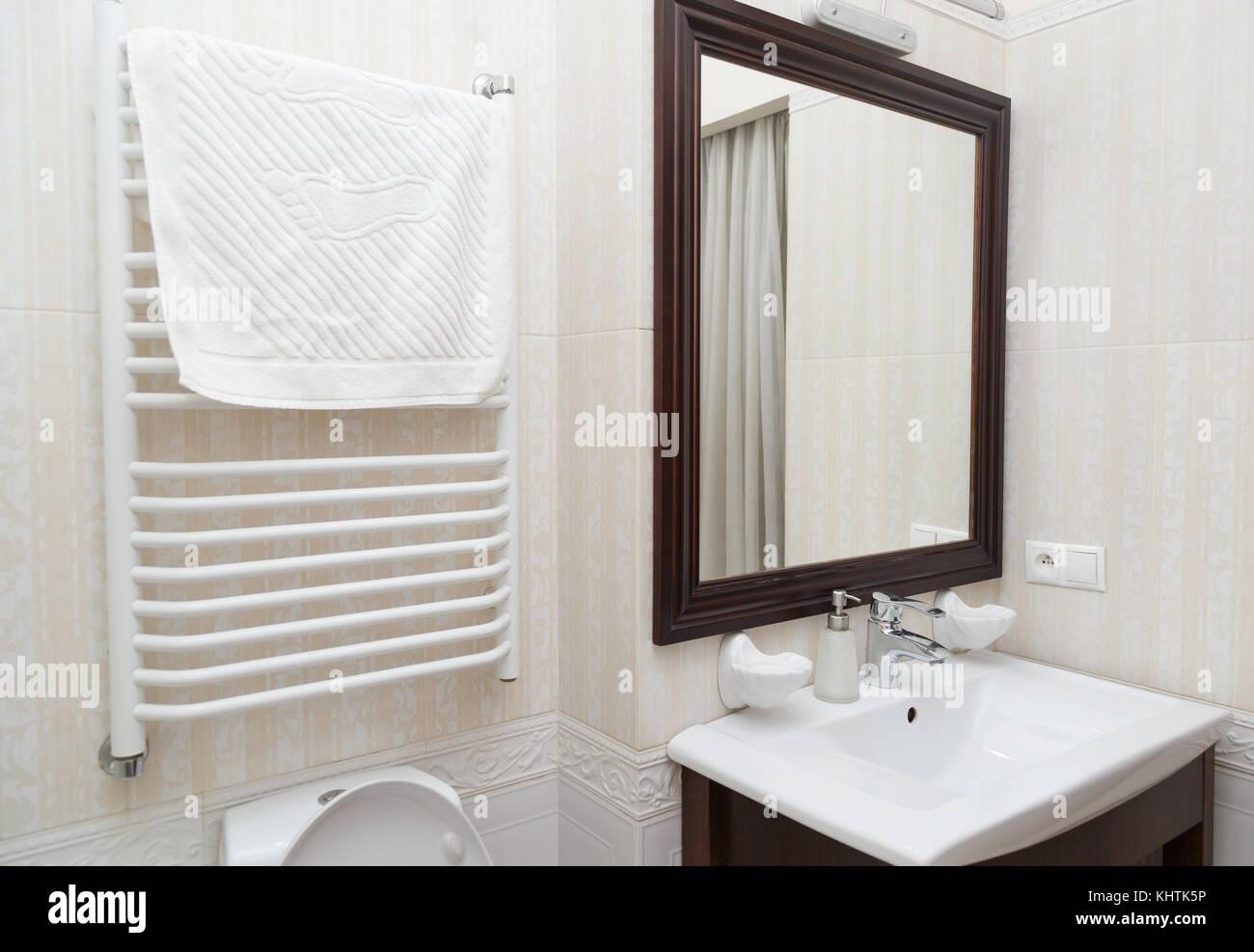 Minimalistische beige Marmor gefliestes modernes Badezimmer ...