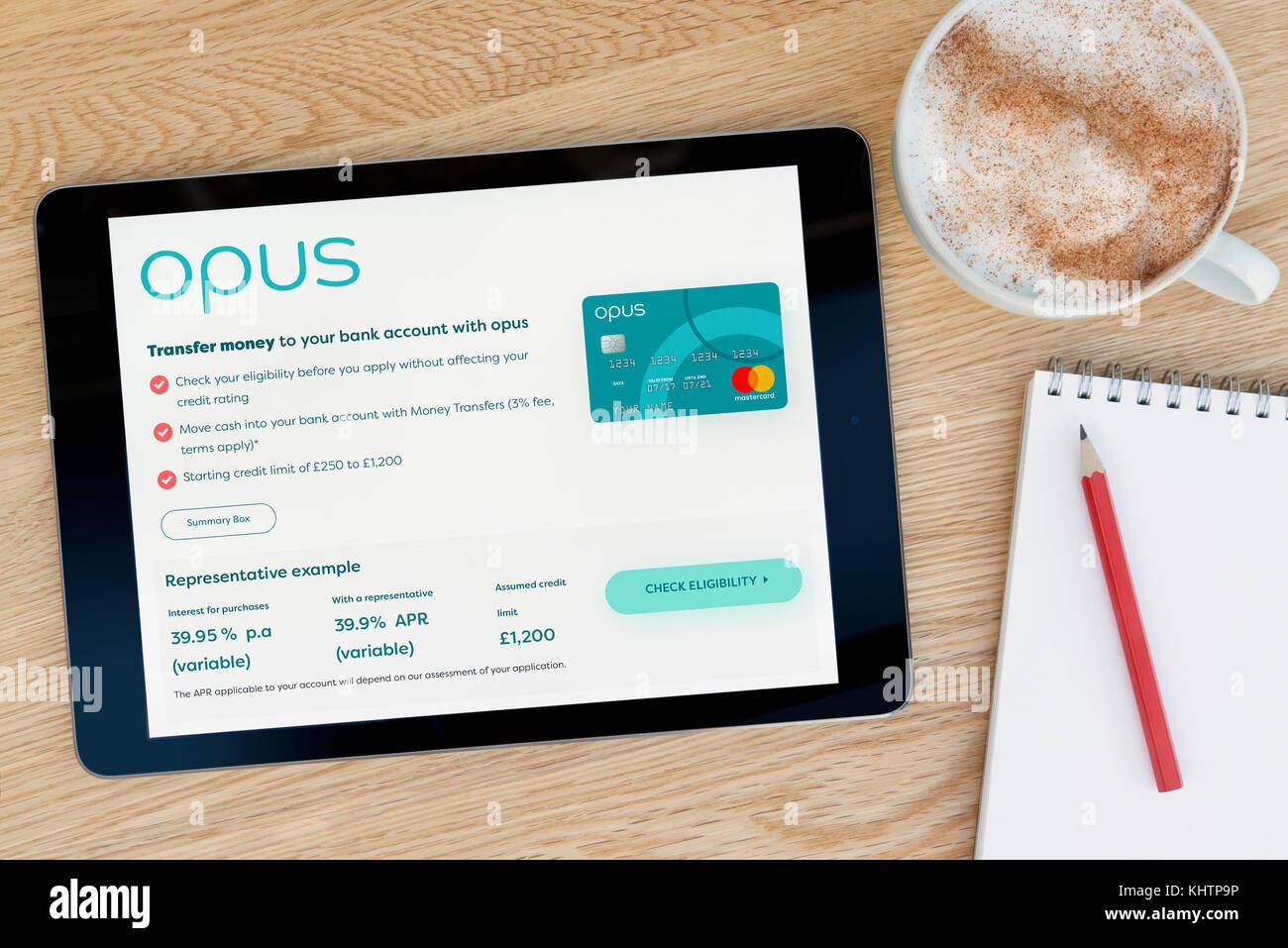 Die Opus Karte website Funktionen auf einem iPad Tablet Gerät, das auf einem Tisch liegt neben einem Notizblock Stockbild