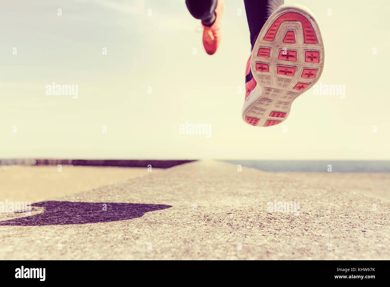 Junge Mann Laufen draußen, mittlere, niedrige Abschnitt Stockfoto