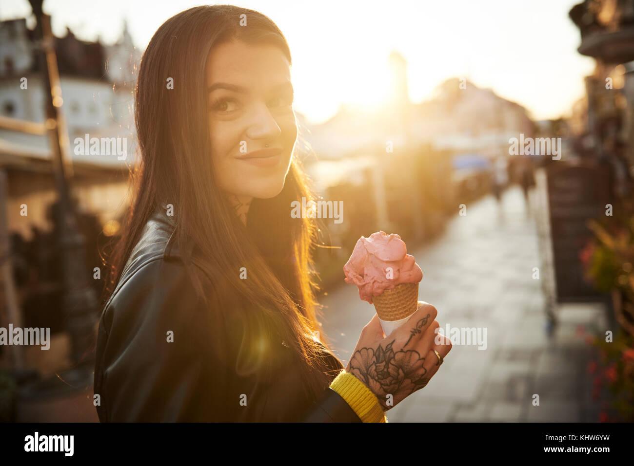 Porträt der jungen Frau mit Eis, Tattoos auf der Hand Stockbild